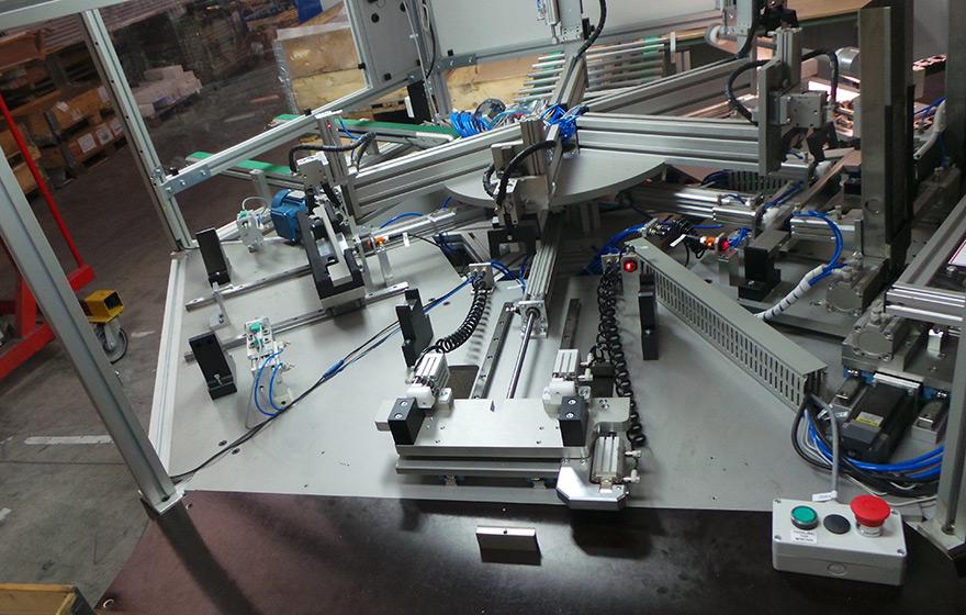 Stroj za sestavo ročajev - Avtomatizacija - Robotehnika d.o.o. - Konstruiranje strojev in naprav