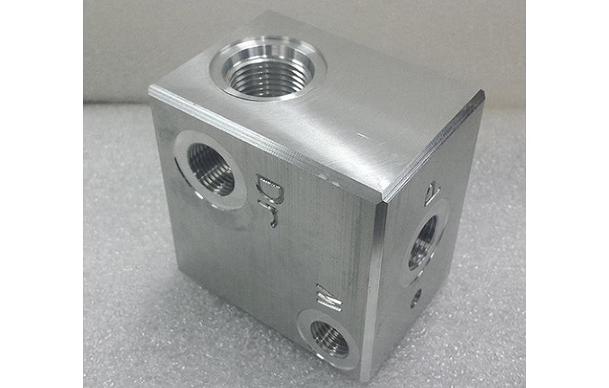 Hidravlični blok - CNC obdelava - Robotehnika d.o.o. - Konstruiranje strojev in naprav